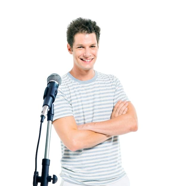 Een man die voor een microfoon staat. Gratis Foto