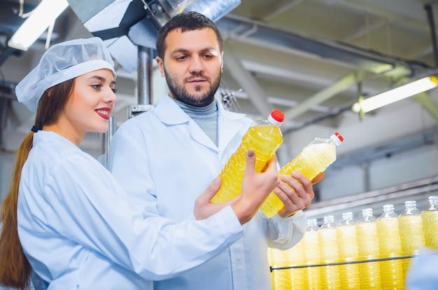 Een man en een vrouw in witte overalls tegen de Premium Foto
