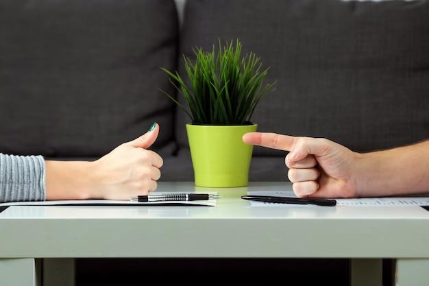 Een man en een vrouw ondertekenen een scheidingsovereenkomst Premium Foto