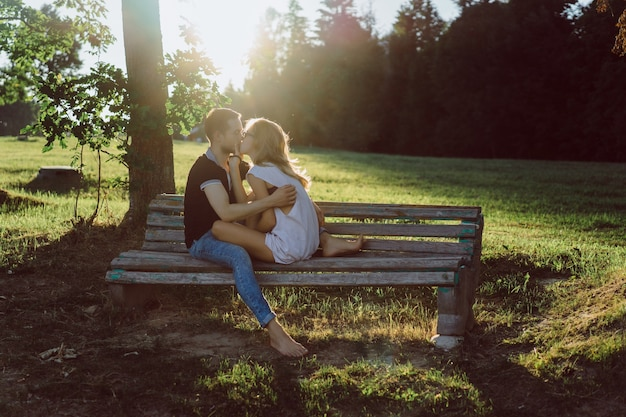 Op Een Bankje.Een Man En Een Vrouw Zitten Op Een Bankje En Zoenen Gratis Foto