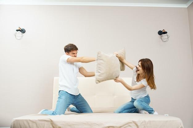 Een man en een vrouw zitten op het bed en praten over een relatie, een echte ruzie Premium Foto