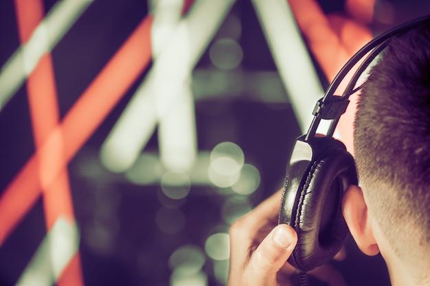 Een man in de studio koptelefoon, close-up. achteraanzicht. Premium Foto