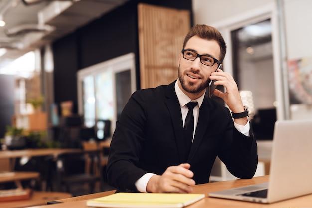 Een man in een pak werkt in zijn kantoor. Premium Foto