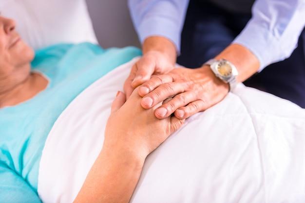 Een man kwam zijn grootmoeder ondersteunen in een kliniek. Premium Foto