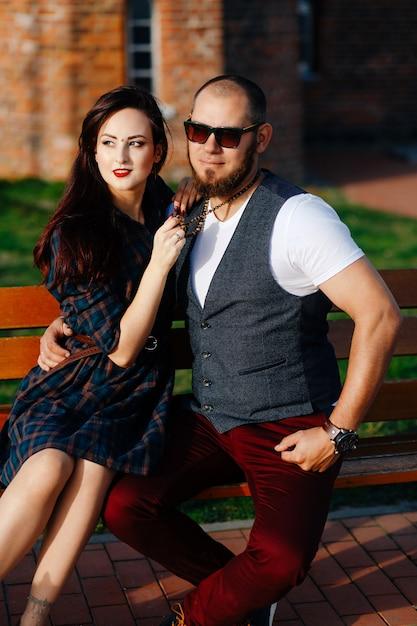 Een man met een baard zit op een bank met een mooie vrouw Premium Foto