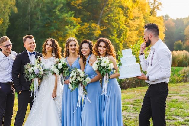 Een man met een bruidstaart Premium Foto
