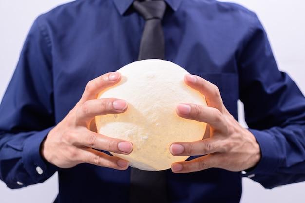 Een man met een maanlamp Premium Foto