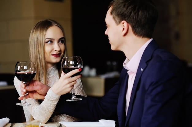 Een man met een vrouw die in een restaurant dineert. Premium Foto