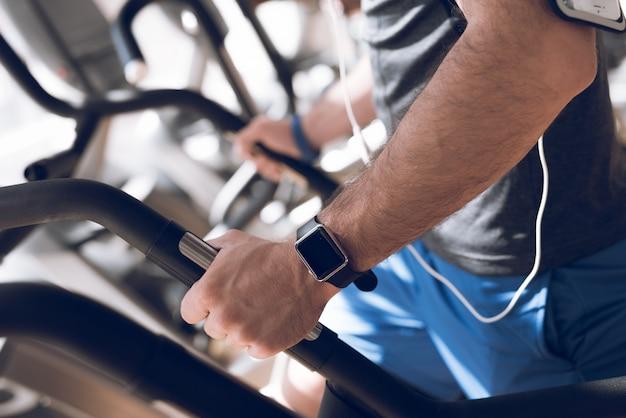 Een man oefent op een loopband in een moderne sportschool. Premium Foto