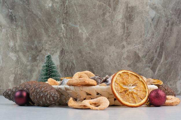Een mand met gemengde gezonde gedroogde vruchten met dennenappels. hoge kwaliteit foto Gratis Foto