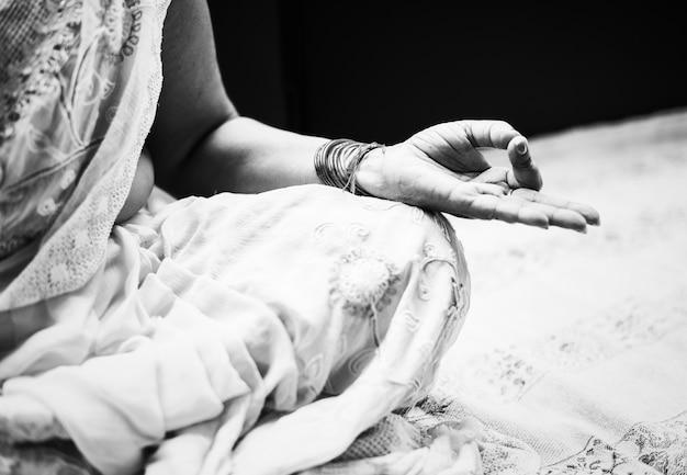 Een mediterende indiase vrouw Gratis Foto