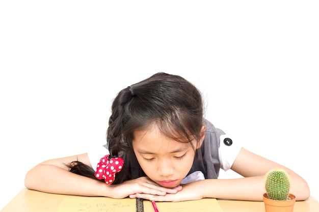 Een meisje is ongelukkig huiswerk maken Gratis Foto