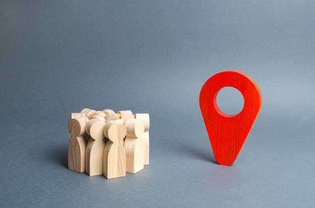 Een menigte mensen en een rode aanwijzerpositie. Premium Foto