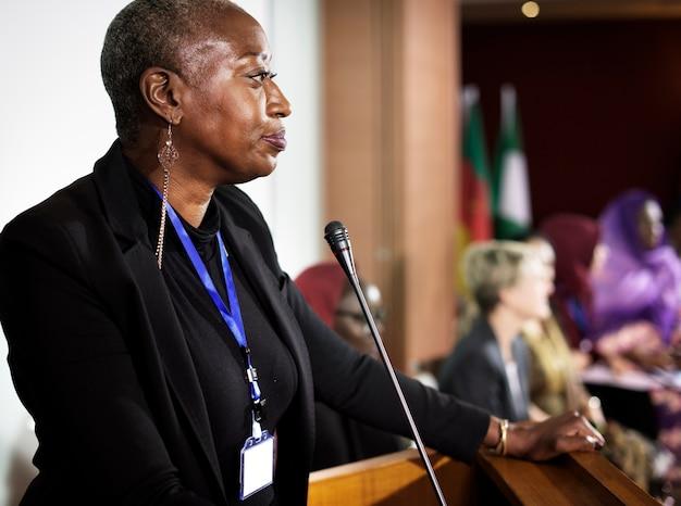 Een midden-afrikaanse afkomst vrouw spreken in een microfoon Gratis Foto