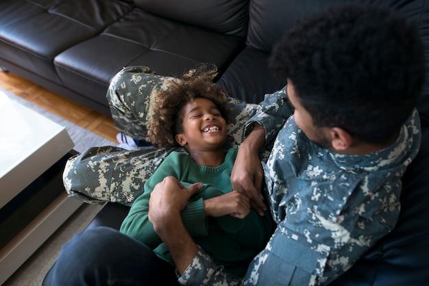 Een militair buiten dienst die geniet van familiemomenten Gratis Foto