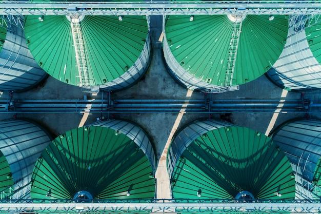 Een moderne graanschuur. weergave van graan silo's van bovenaf Premium Foto