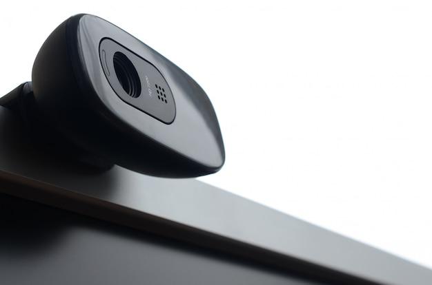 Een moderne webcamera is geïnstalleerd op het lichaam van een flatscreenmonitor. apparaat voor videocommunicatie en opname van video van hoge kwaliteit Premium Foto