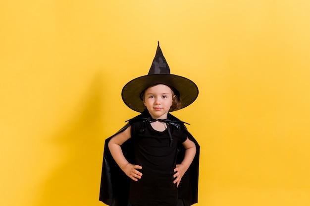 Een mooi jong meisje in heks kostuum. halloween concept Premium Foto