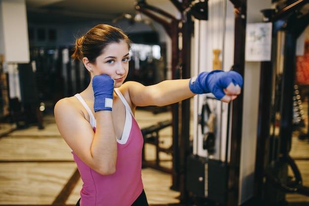 Een mooi meisje houdt zich bezig met een sportschool Gratis Foto