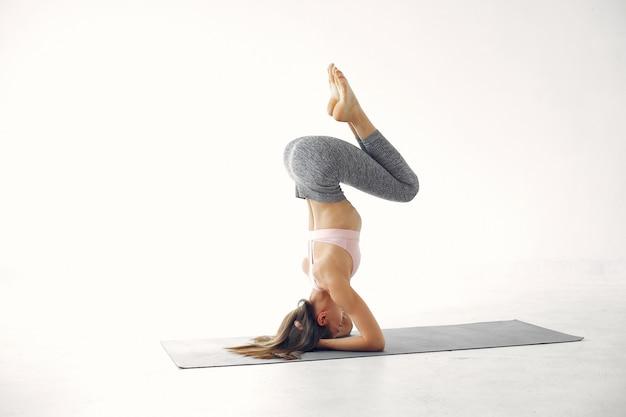 Een mooi meisje houdt zich bezig met een yogastudio Gratis Foto
