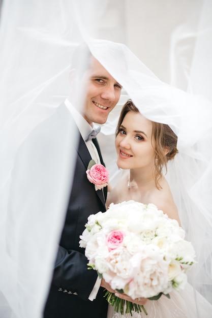 Een mooi paar op de trouwdag Gratis Foto