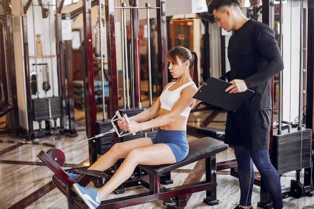 Een mooi sportpaar houdt zich bezig met een sportschool Gratis Foto