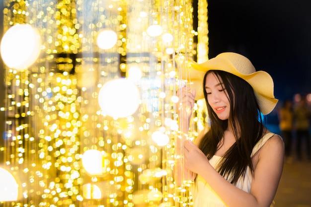 Een mooie aziatische vrouw met aantrekkelijke charmes in de vakantietuin, filmtextuur. Gratis Foto