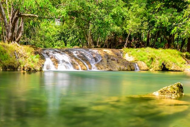 Een mooie beroemde het regenwoudwaterval van het stroomwater in thailand Premium Foto