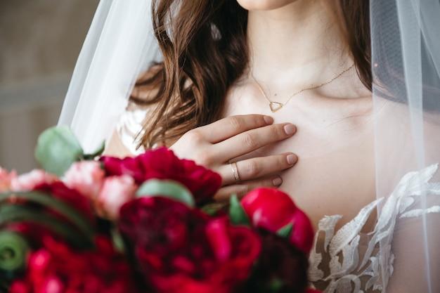 Een mooie bruid bereidt zich voor op haar bruiloft Gratis Foto