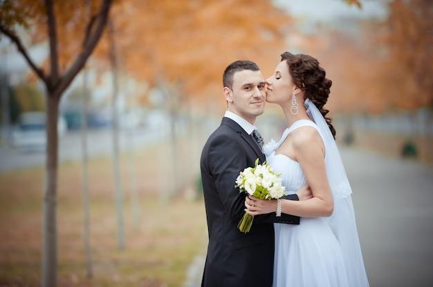 Een mooie bruid en bruidegom Gratis Foto