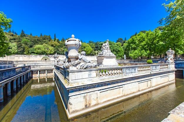 Een mooie fontein in jardin de la fontaine in nîmes, frankrijk Premium Foto