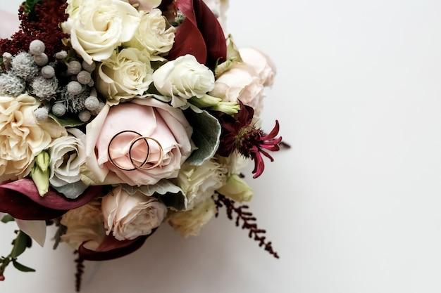 Een mooie foto met trouwringen ligt Premium Foto