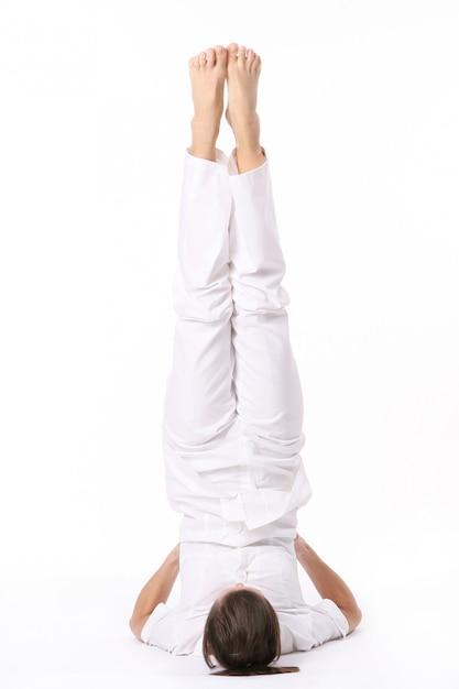 Een mooie jonge vrouw in yoga pose Gratis Foto