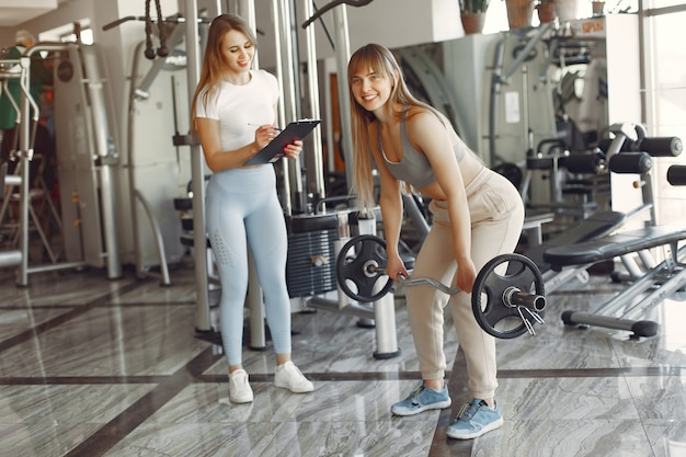 Een mooie meid is bezig met een sportschool Gratis Foto