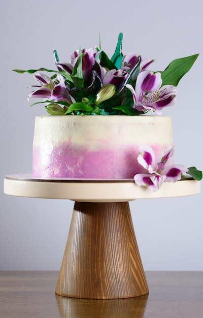 Een mooie vakantiecake versierd met verse bloemen. Premium Foto