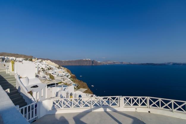 Een observatiedek met uitzicht op de zee en de stad oia, santorini. Premium Foto