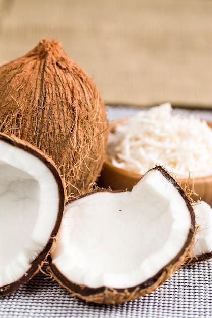 Een open kokosnoot met geraspte kokos. Premium Foto