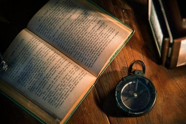 Een oud boek op een houten tafel Gratis Foto
