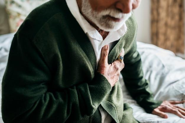 Een oudere indiase man met hartproblemen Premium Foto