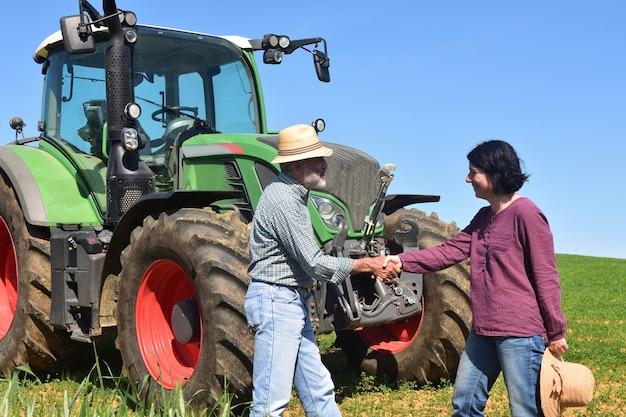 Een paar boeren die handen schudden Premium Foto
