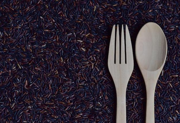 Een paar lepel en vork op riceberry (rijstbes), een geregistreerde rijstvariëteit Premium Foto