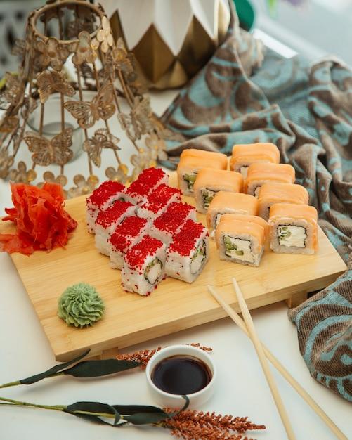 Een paar sushi set rollen Gratis Foto
