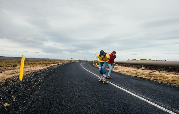 Een paar tieners plezier schaatsen en bergafwaarts maken Premium Foto