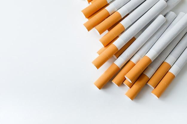 Een pakje sigaretten met een luchtfilter op een witte tafel. preventie van slechte gewoonten en verslavingen. selectieve aandacht. kopieer ruimte voor tekst. Premium Foto