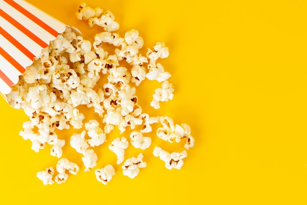 Een pakket van bovenaf met popcorn verspreid Gratis Foto