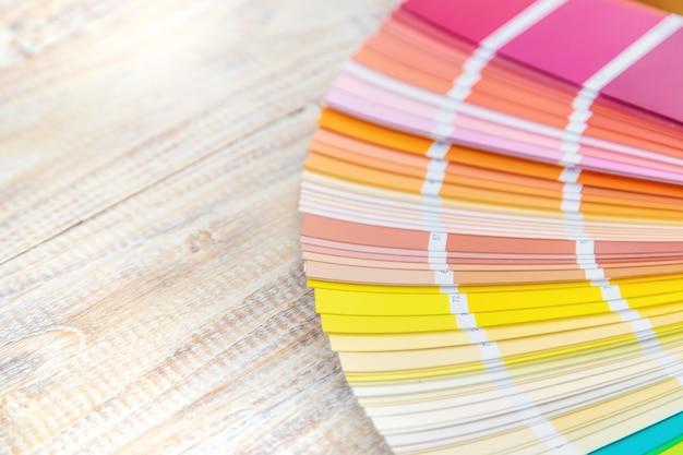 Een palet aan verven voor woningrenovatie. selectieve aandacht. kleur. Premium Foto