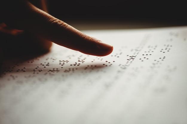 Een persoon die braille leest Premium Foto