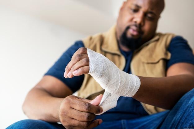Een persoon raakt gewond Gratis Foto