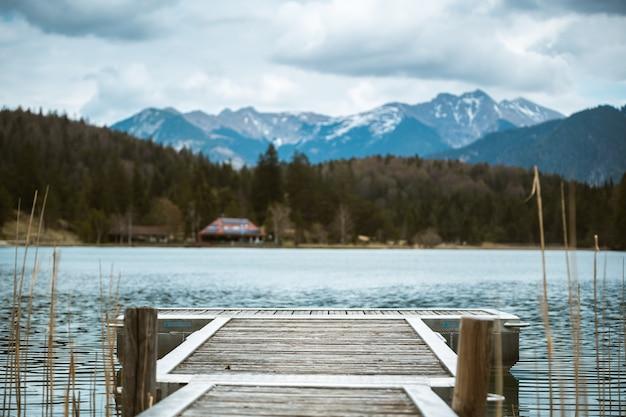 Een pier leidt naar de lautersee bij mittenwald in de beierse alpen Gratis Foto