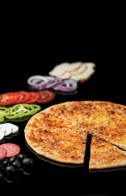 Een plak gesneden van hele margarita-pizza. Gratis Foto